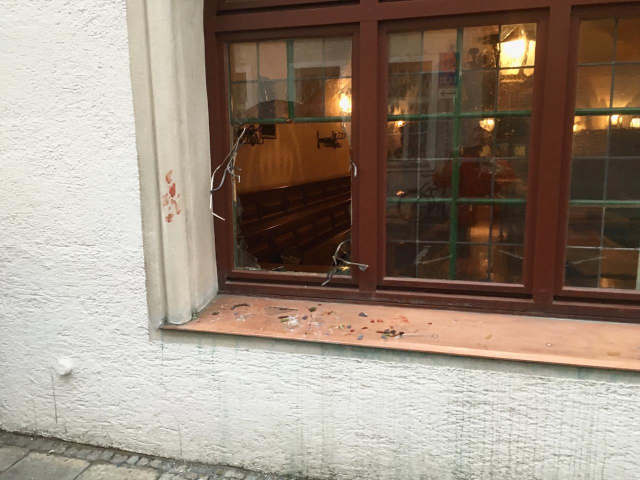 Zerbrochene Scheibe im Hofbräuhaus. Foto: Christoph Kürbel